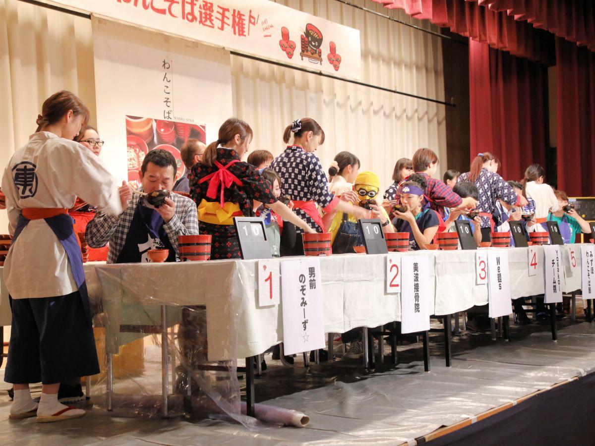 前回大会の様子。懸命にわんこそばを食べる参加者たち