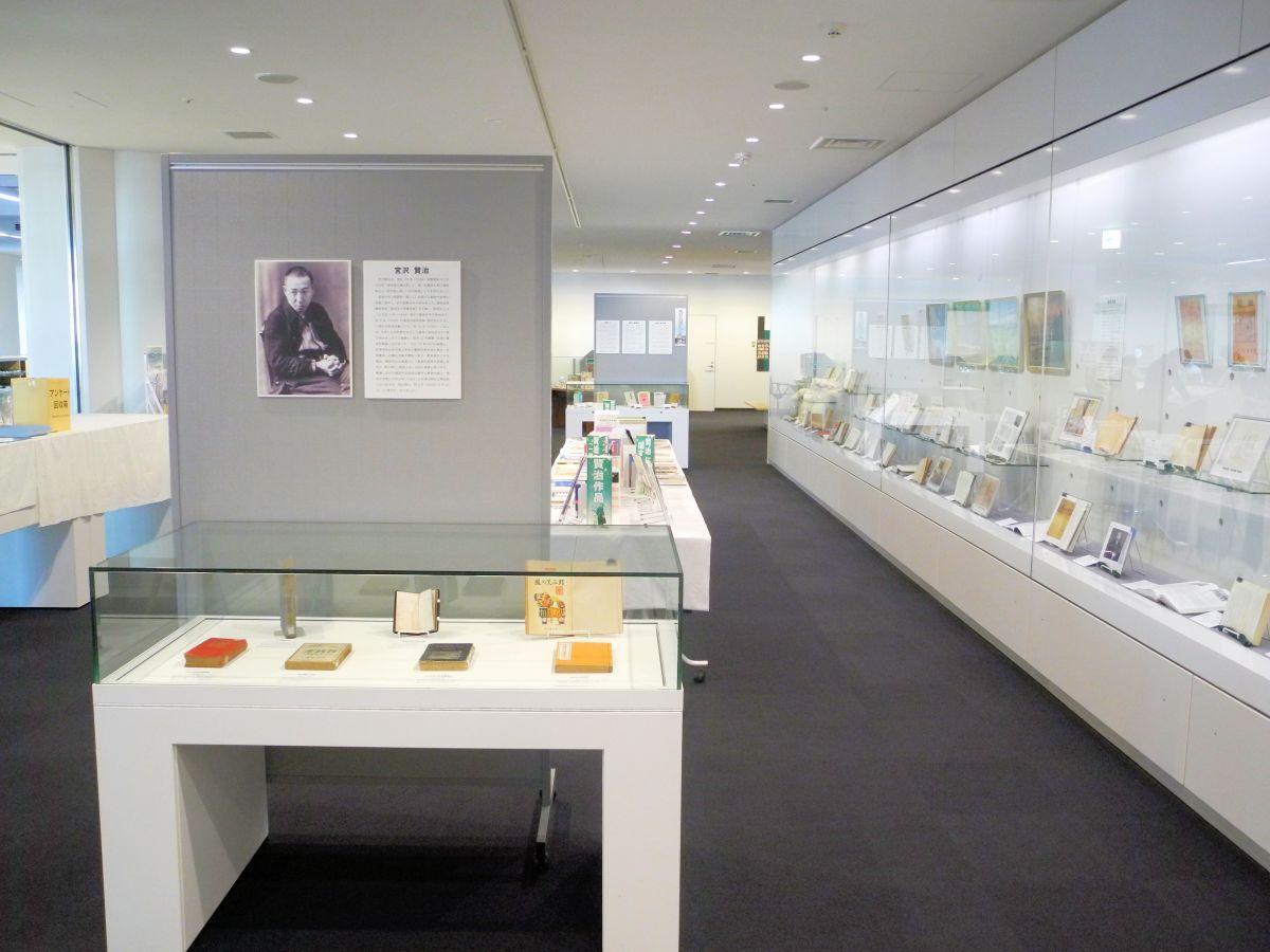 新規資料の展示やテーマ展示が行われている4階展示コーナー