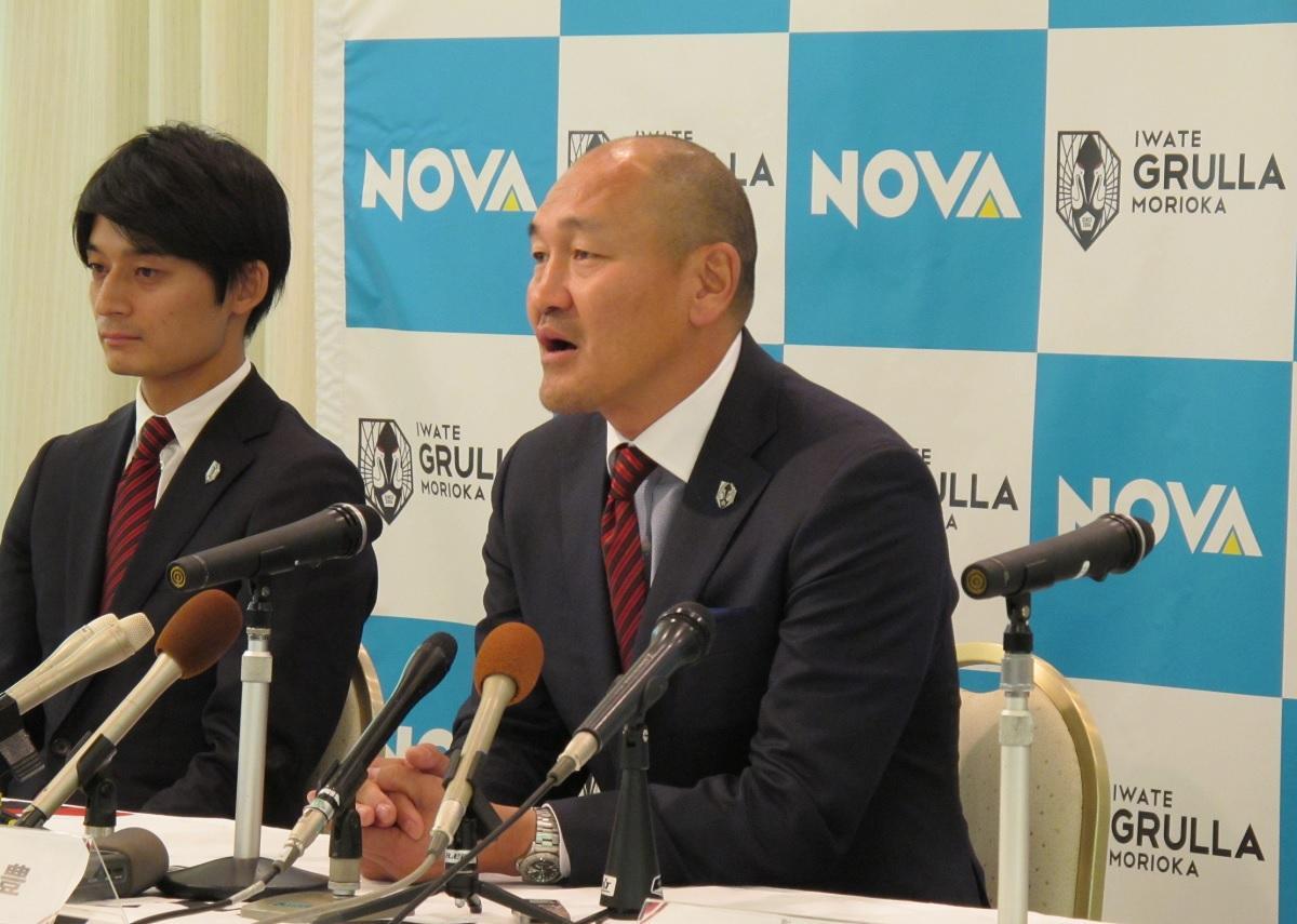 いわてグルージャ盛岡の新監督、秋田豊氏(右)