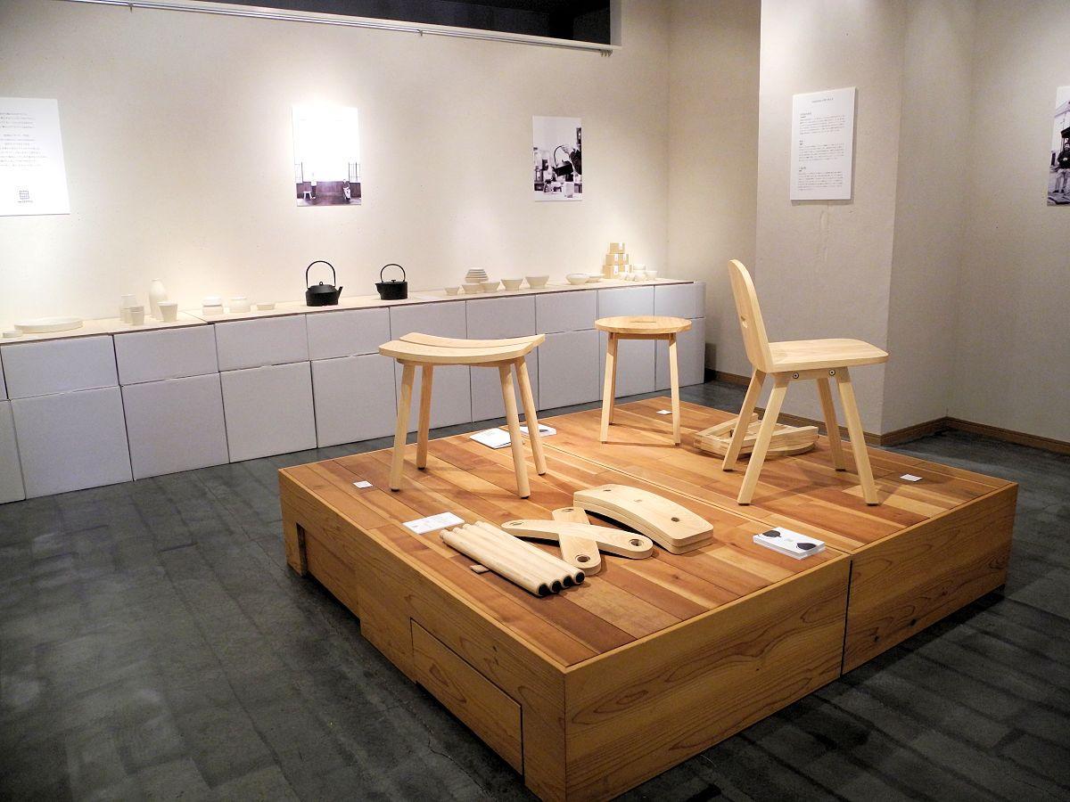 展示会の様子。南部鉄器・磁器・木製家具が並ぶ