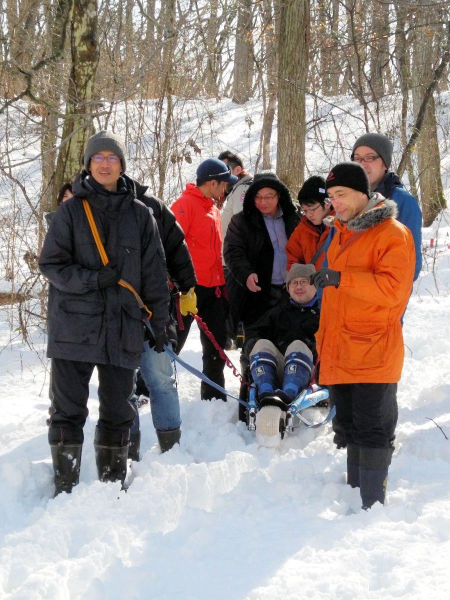 実技講習で雪道をぐんぐん進むアウトドア車いす「HIPOP campe」