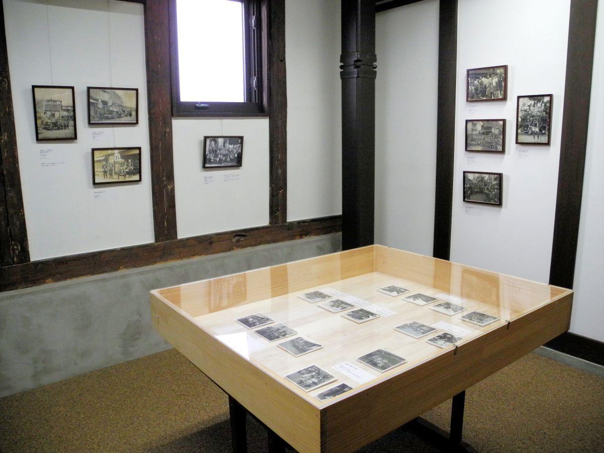 モノクロの写真が並ぶ展示室