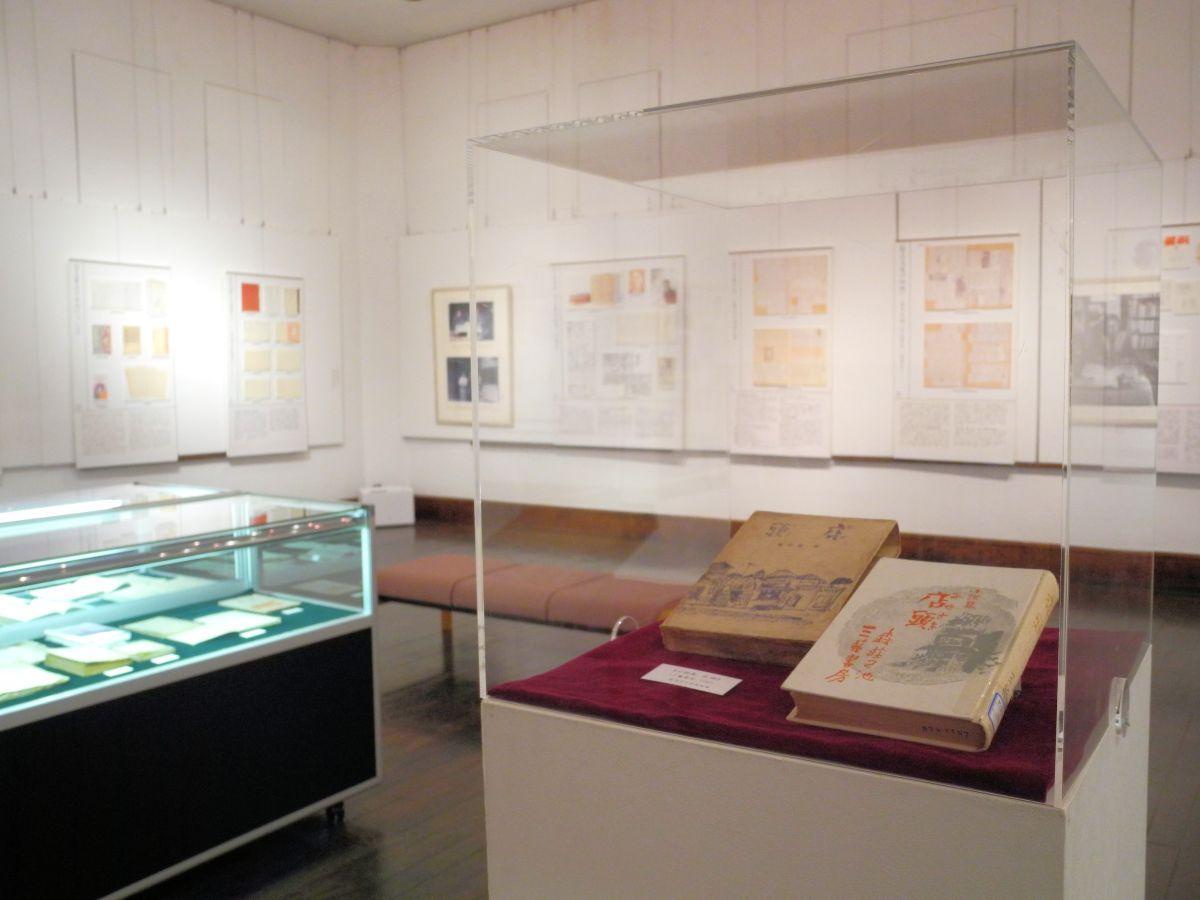 著作のほか、自筆の資料、パネルが並ぶ展示室