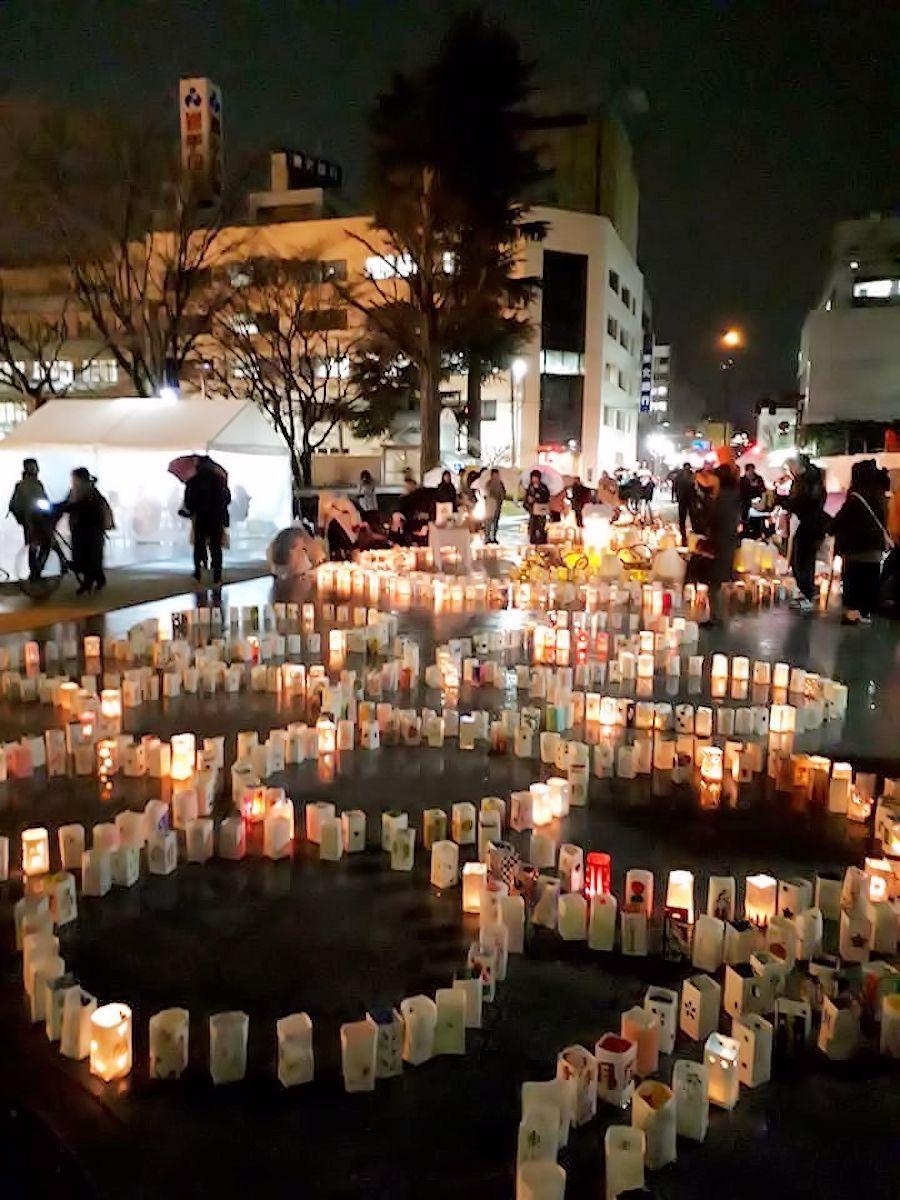 雨の中行われた2019年の「祈りの灯火」