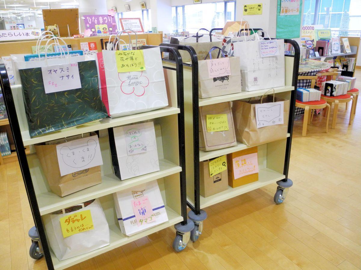 ユニークなテーマが多い児童コーナーの「スタッフおすすめ本セット」。後ろには長編コーナーも