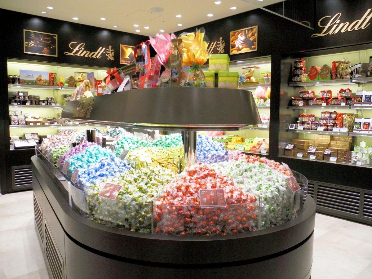「リンツ ショコラ ブティック」店内。中央には「ピック&ミックス」のコーナー