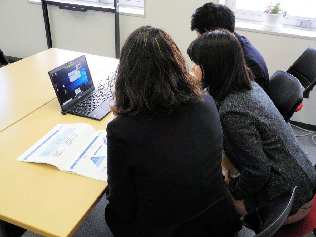画面越しに学生たちからの質問を受ける企業の担当者ら