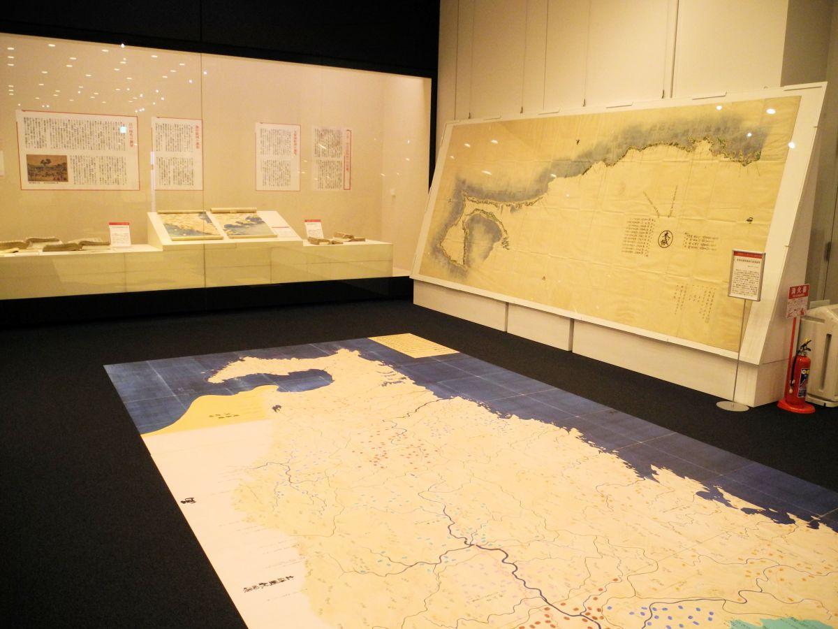 漆戸茂樹が携わった絵図が見どころの企画展。奥に見えるのが盛岡藩沿岸を測量したもの