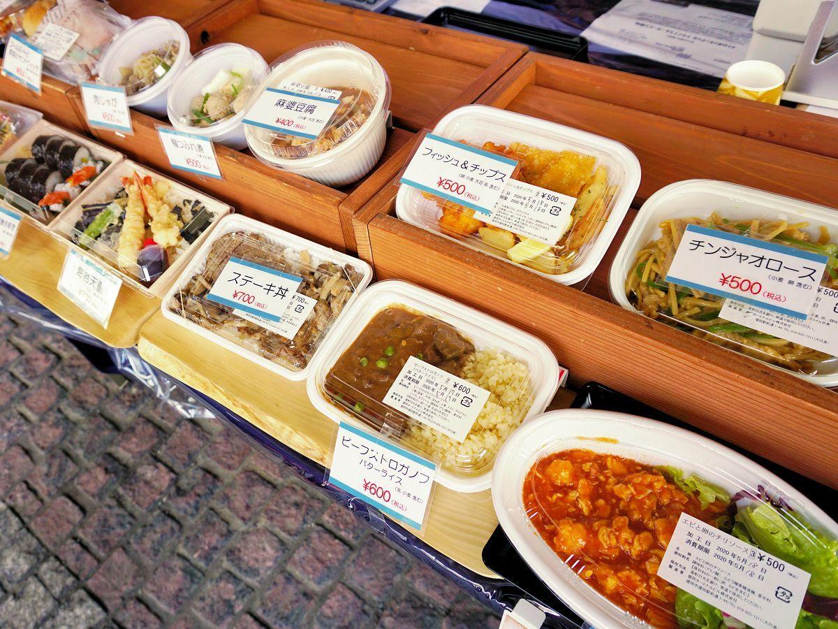 特設販売ブースに並ぶ弁当と総菜。メニューは当日のお楽しみ