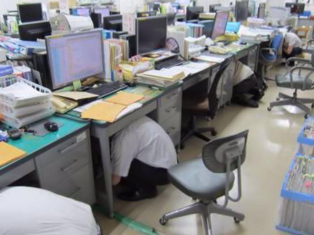昨年のシェイクアウトの様子。机の下に身を隠す市の職員