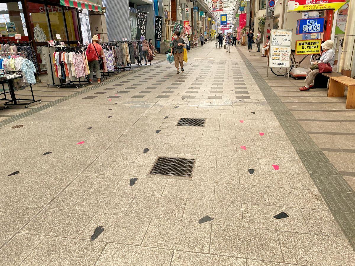肴町商店街アーケードに突然現れた3つの妖怪の足跡。アーケード内の店を巡っているように見える