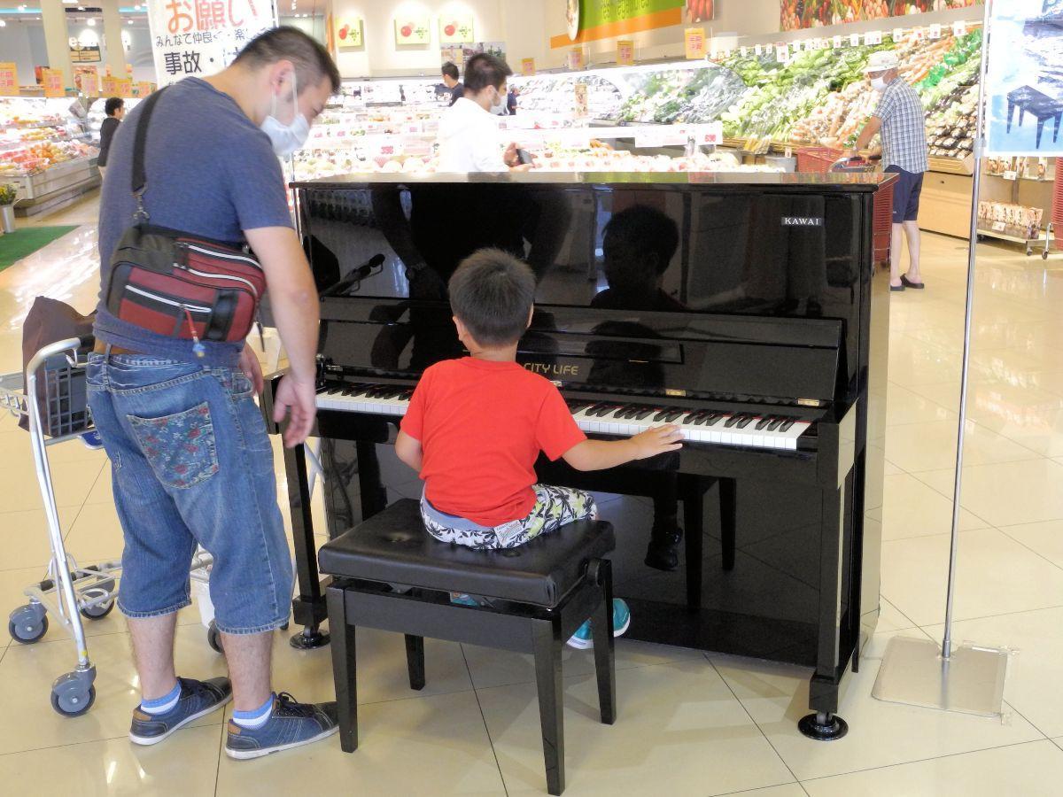 ピアノを鳴らして楽しむ親子