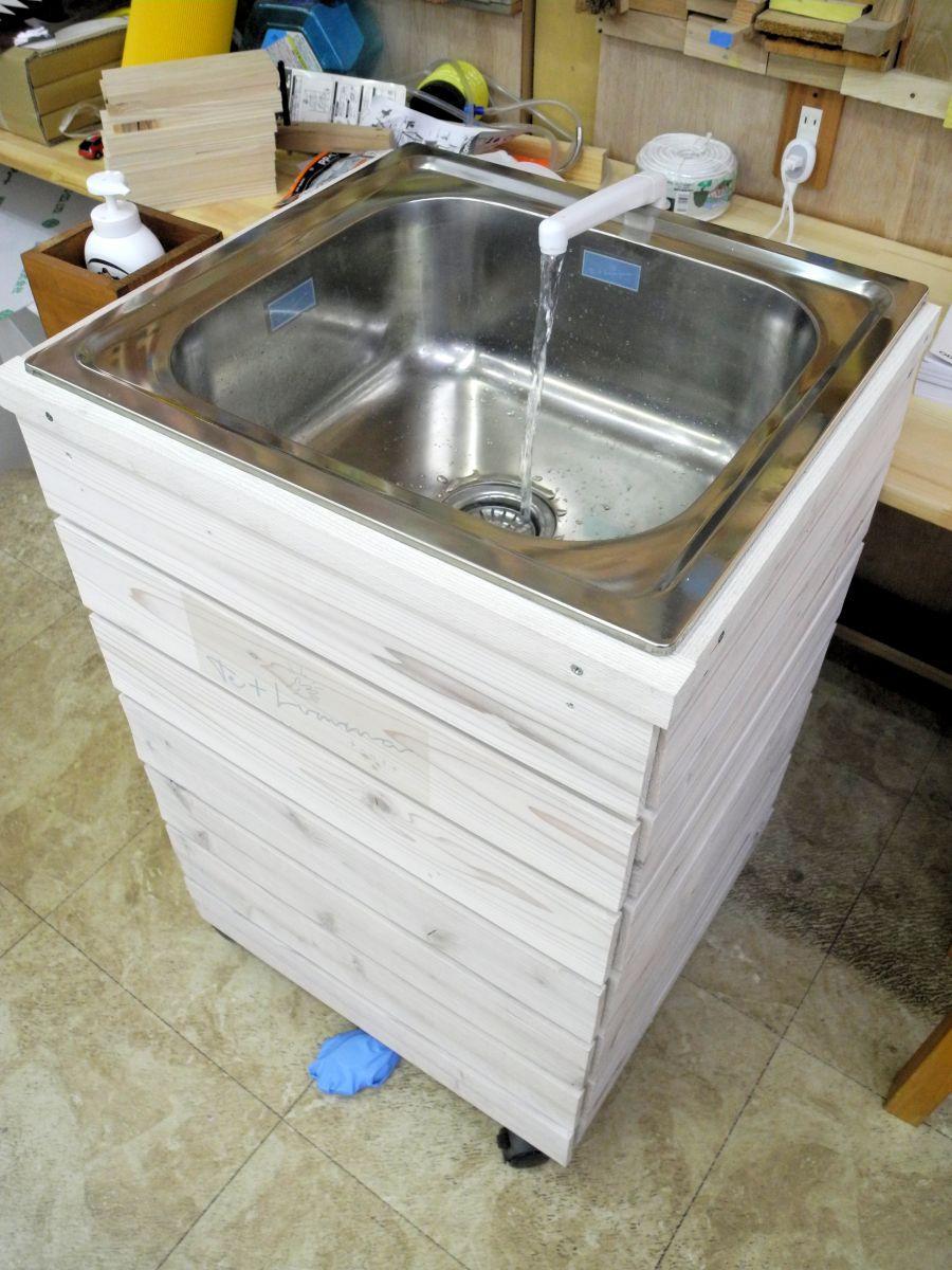 移動可能な簡易手洗い場「テ+ルミナ」。「手」と「輝き」という意味の単語を合わせた