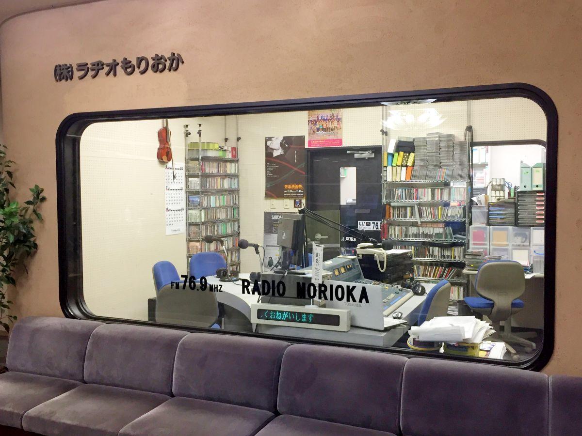「盛岡ゆうゆう大学」のラジオ講座を放送する「ラヂオもりおか」のスタジオ