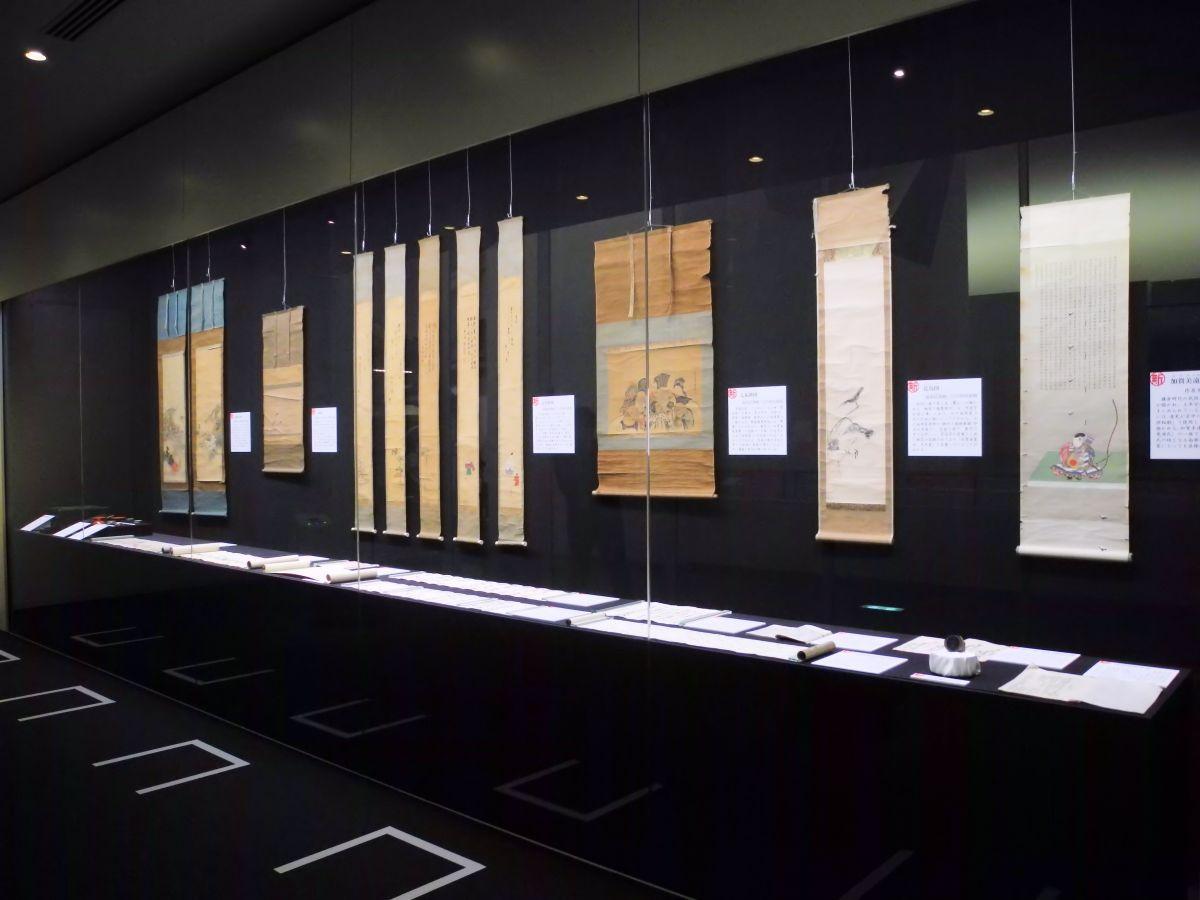「新収蔵資料展」開催中のテーマ展示室