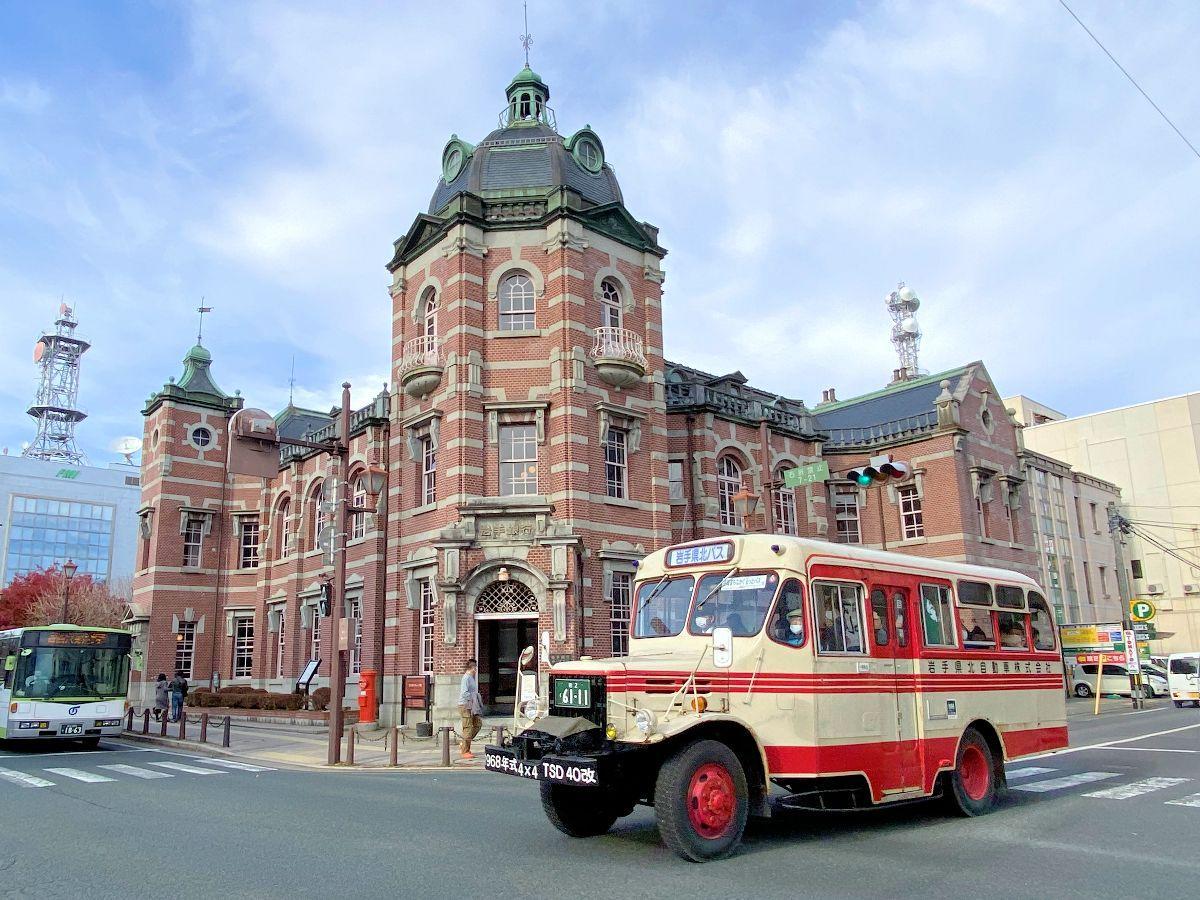 「岩手銀行赤レンガ館」の前を走るボンネットバス