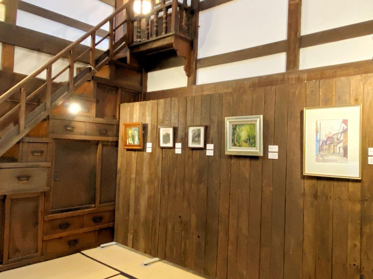 「もりおか町家物語館」母屋1階の展示風景