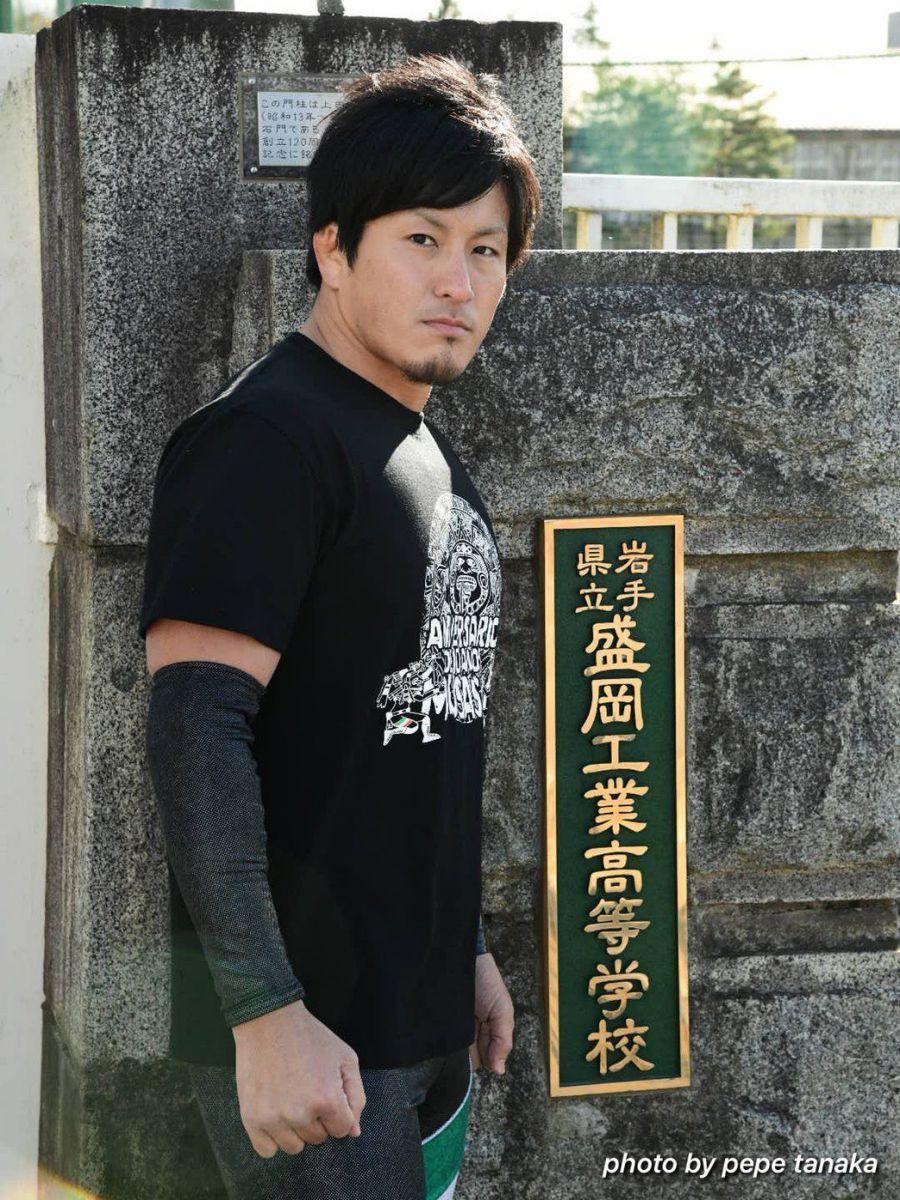 母校・盛岡工業高校の校門前に立つMUSASHI選手