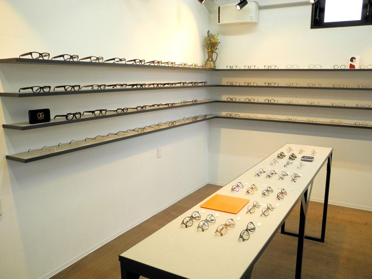 さまざまなフレームが整然と並ぶ「optician pomalu」の店内