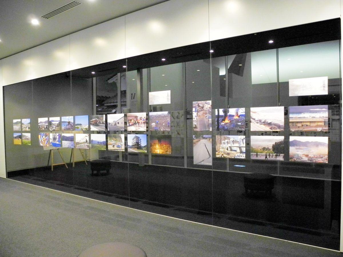 東日本大震災発災当時から復興の様子が分かる写真が一面に並ぶ