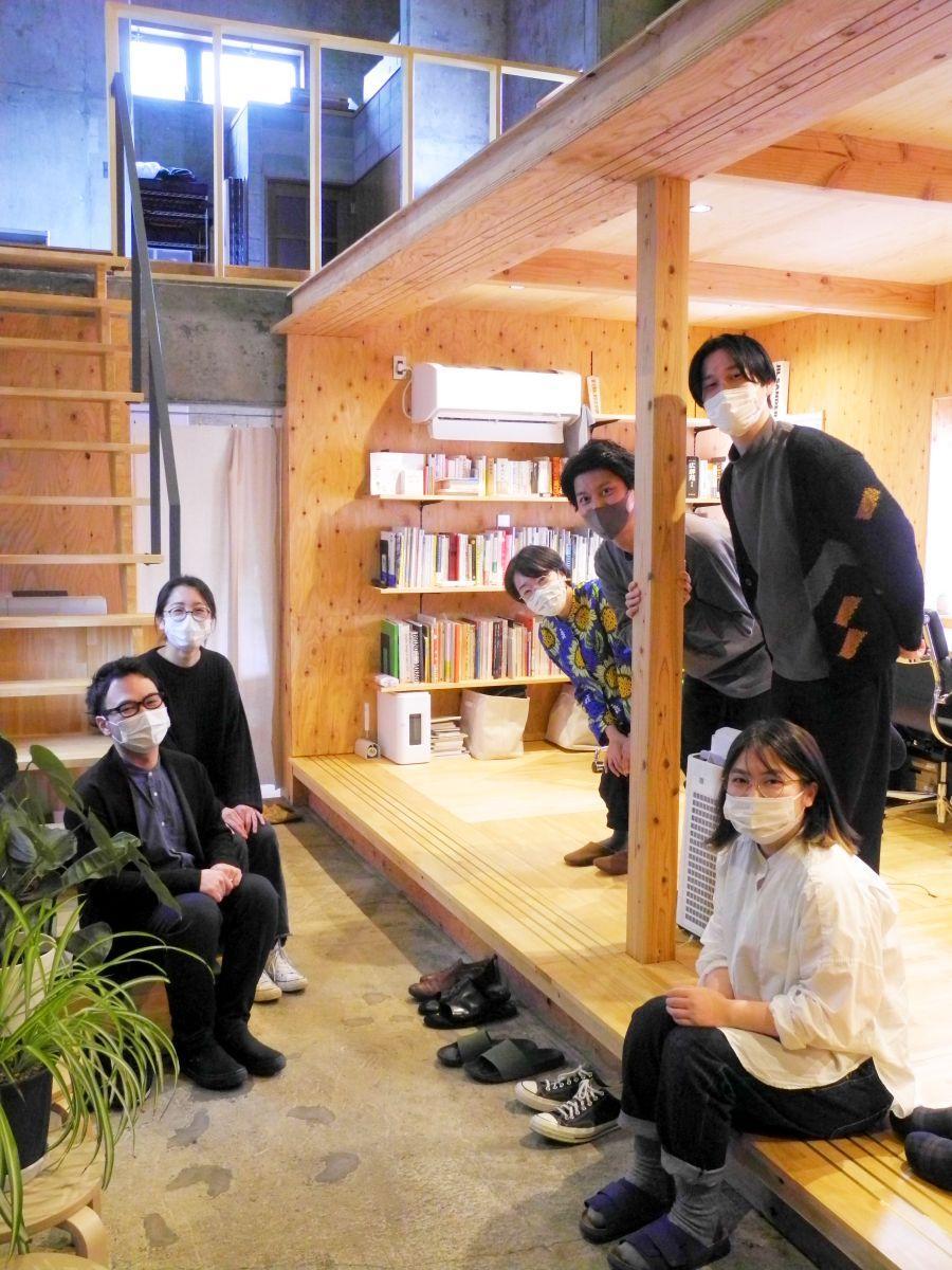 通り土間が印象的なオフィスで設計を担当した千葉さん・乙坂さん(左)と入居者の皆さん(右)