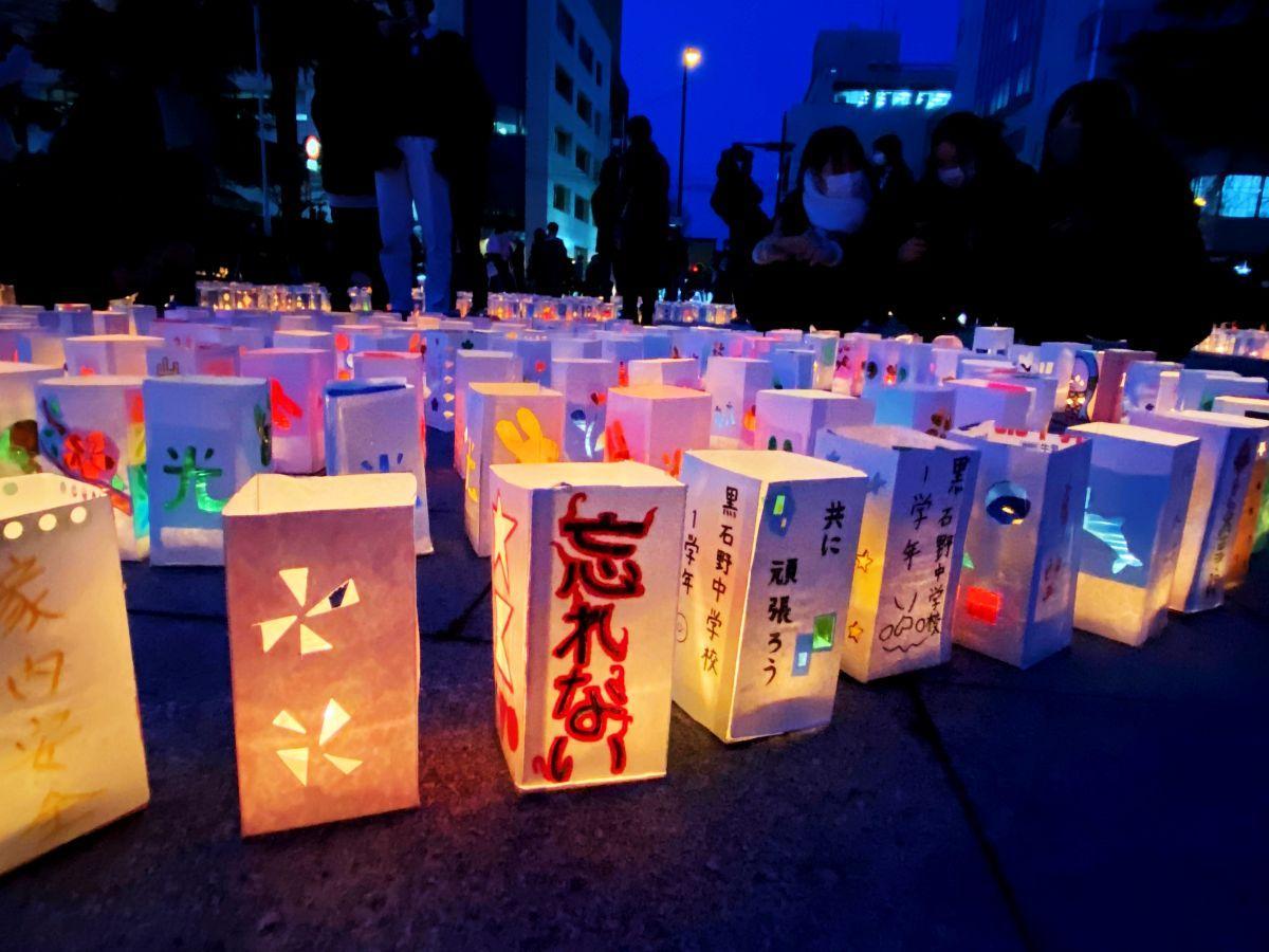 震災から10年目の3月11日、多くの人が灯籠の光に祈りを込めた