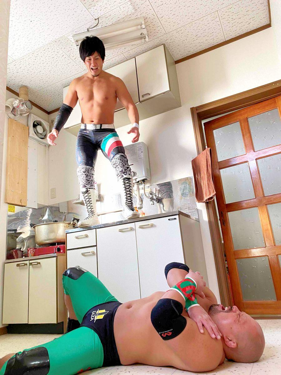 第1回「自宅プロレス」の様子。キッチンを使った豪快な試合風景