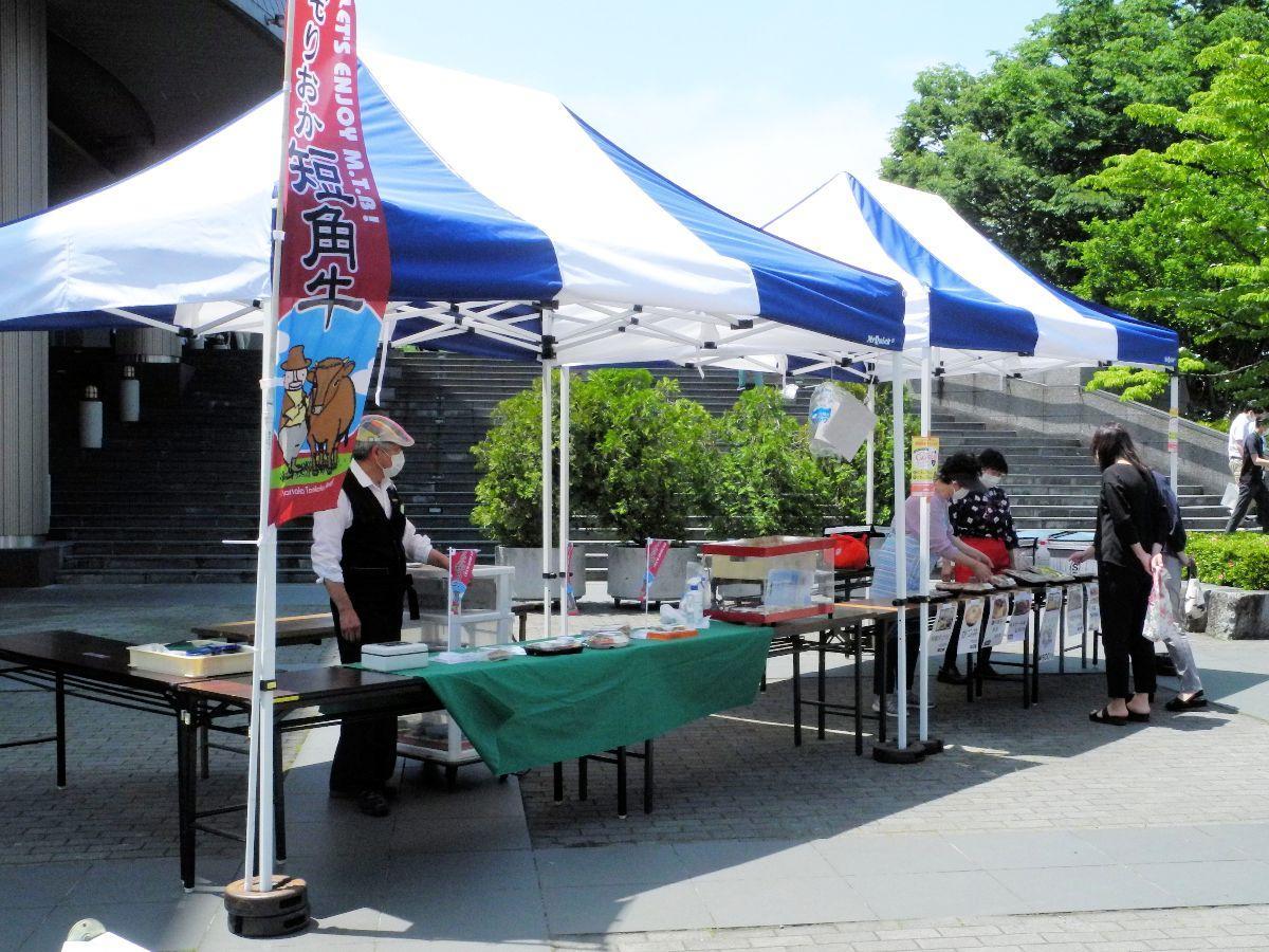 「おでって広場」に設置されたお弁当マルシェのテント