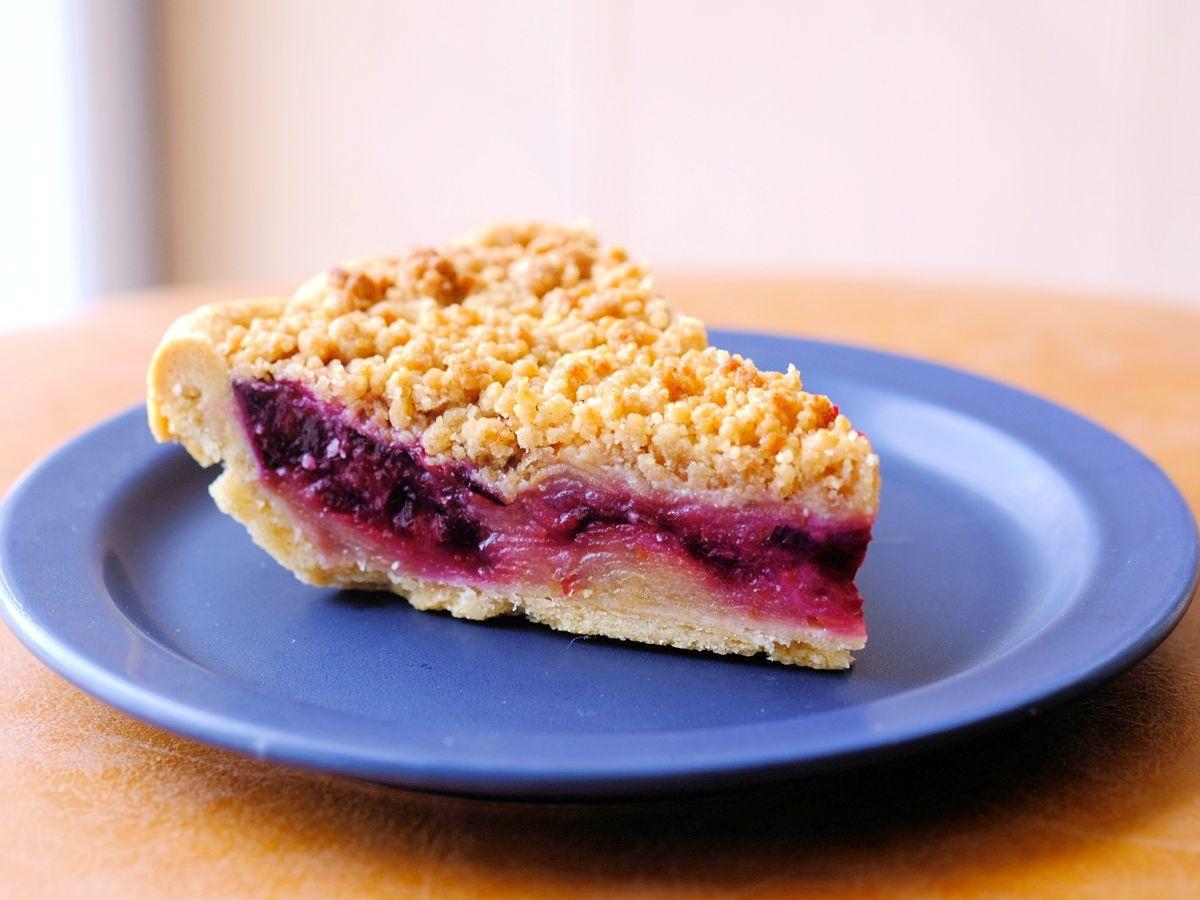 リンゴの甘さとブルーベリーの酸味が交互にやって来る、まさに酸っぱさ未知数のアップルパイ