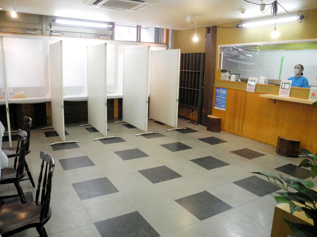 検査センターの内観。奥に見えるのが検体を採取するブース