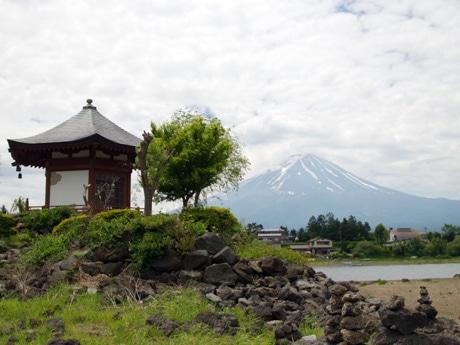 河口湖に浮かぶ「浮島」の六角堂と富士山