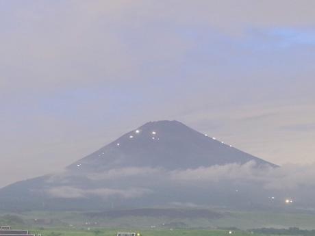 山小屋の光がともる宵の富士山