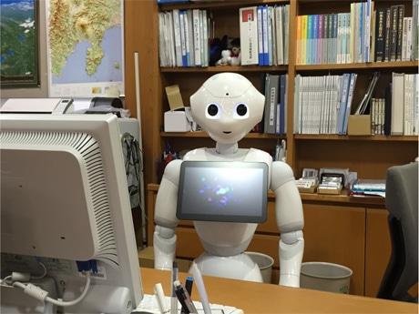 山中湖情報創造館のカウンターに座るPepper