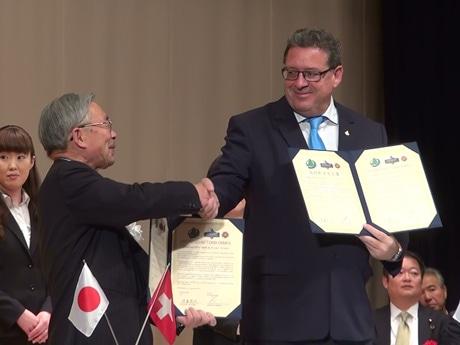 調印式で握手を交わす富士河口湖町・ツェルマット村両代表