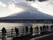 山中湖で「ダイヤモンド富士ウィークス」 カメラマンらでにぎわう