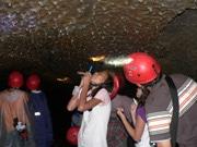 富士山の「おなかの中」へ 溶岩洞窟探検、専門ガイドが案内