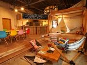 富士市に倉庫を改修したDIYカフェ 「アウトドア」テーマに