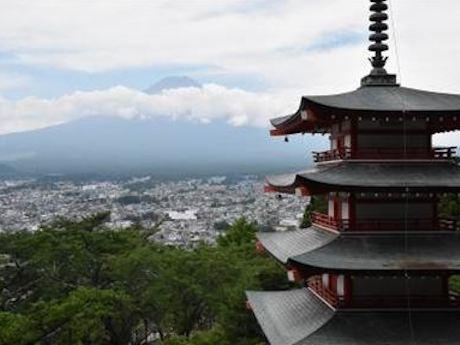 富士吉田エリアの新倉山浅間公園「忠霊塔」など、富士山エリアの名所を案内