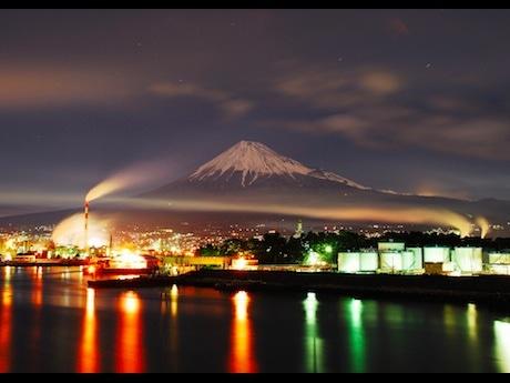 富士市の工場夜景(鈴木悦夫さん撮影)