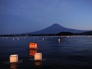 「富士河口湖町 灯籠流し」今年で11回目  2000艘もの灯籠が湖面を彩る