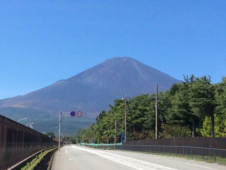 「EXPASA足柄(上り)サービスエリア」のある御殿場から望む夏の富士山