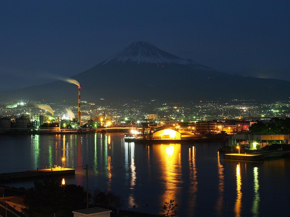 田子の浦港からの工場夜景と富士山