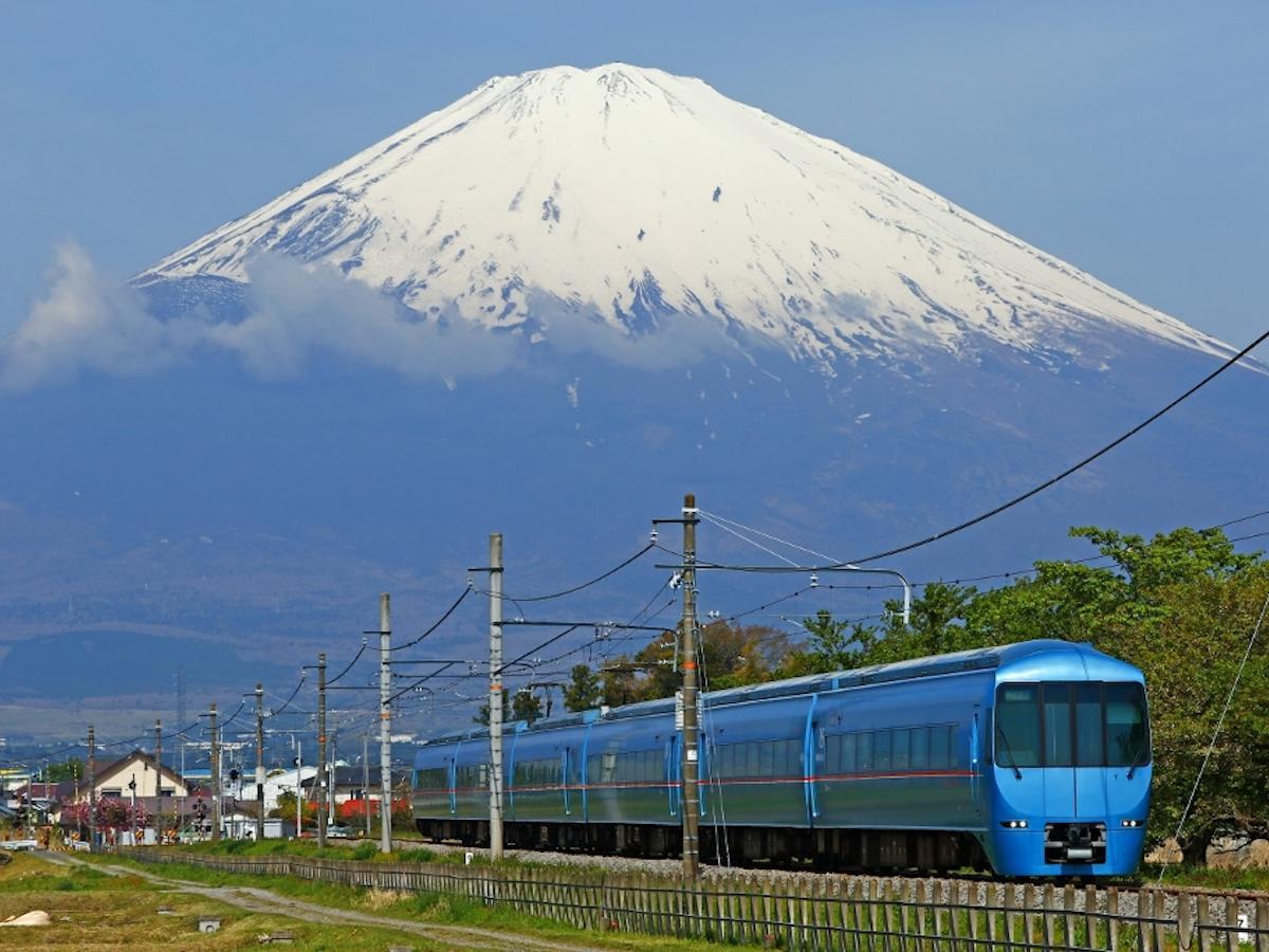 御殿場から望む富士山と特急ロマンスカー