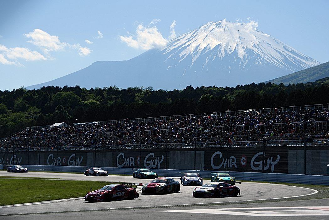 富士山をバックに走るマシン