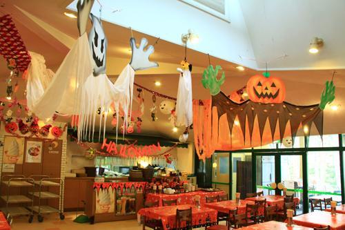 ハロウィーン一色に装飾された「センターハウスレストラン」の店内