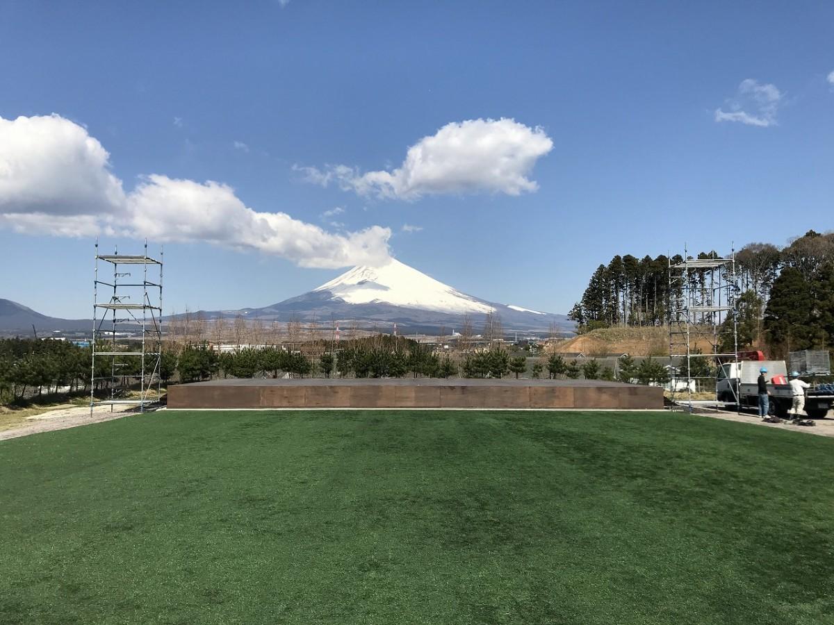 会場となる富士山をバックにしたステージ