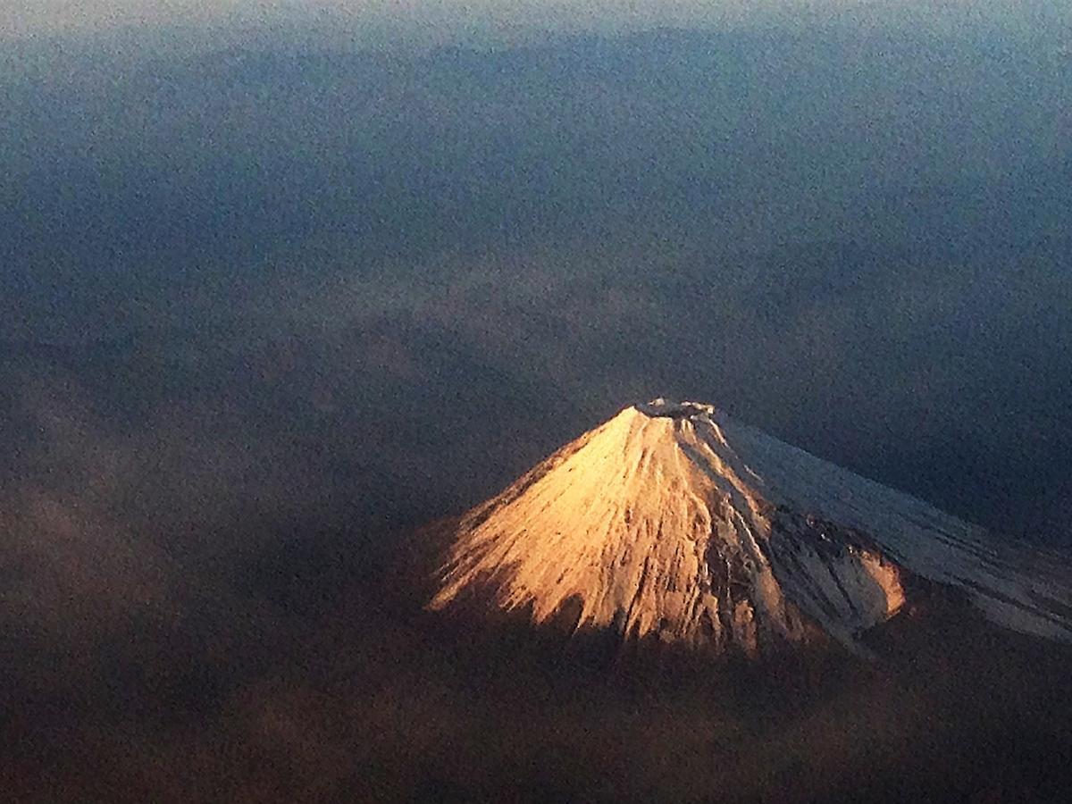 朝日に染まる富士山