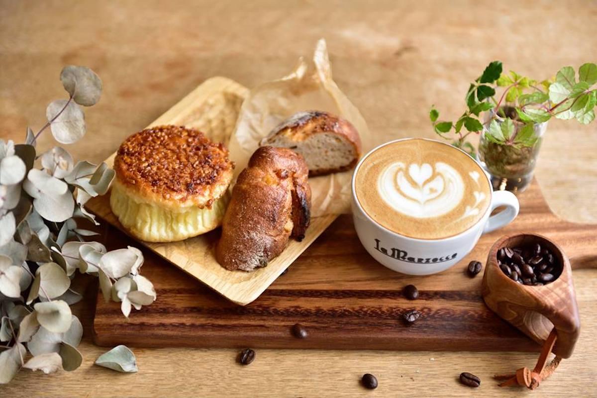 「COFFEE×BEER TRERRE」のコーヒー。パンは前回参加店と今回参加する店のもの