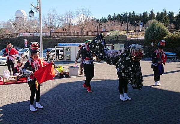 「リフレふじよしだ新春まつり」新町獅子舞保存会の子供獅子舞の演舞