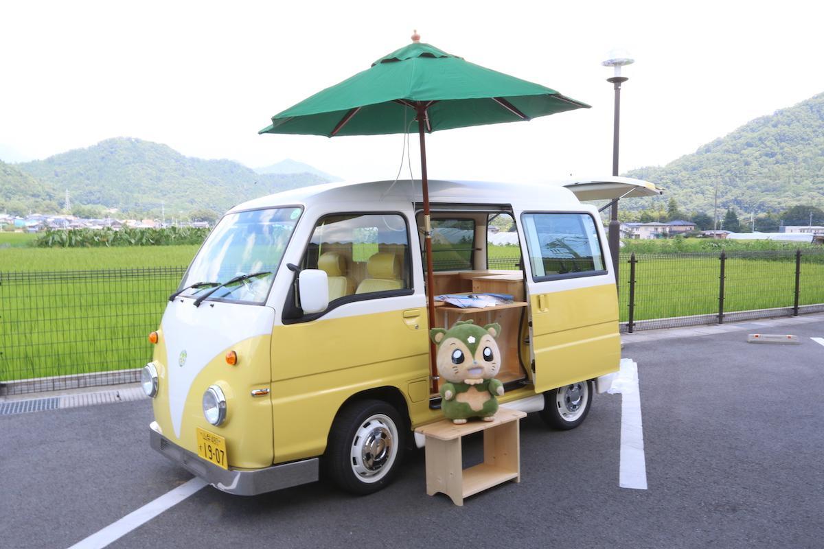 つるビーと移動観光案内車両